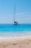 Barca di navigazione vicino alla spiaggia di Sandy Fotografia Stock