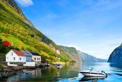 Barca di Peacefu sul fiordo in giorno pieno di sole Fotografia Stock Libera da Diritti