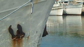 Barca di pesca professionale con le reti in porto stock footage