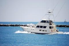 Barca di pesca sportiva della lettera che si dirige fuori al mare Fotografia Stock