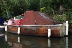 Barca di piccola casa sul fiume Fotografia Stock Libera da Diritti