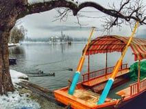 Barca di Pletna, lago sanguinato, Slovenia fotografie stock