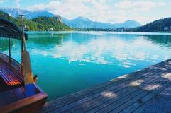 Barca di Pletna nel lago sanguinato in Slovenia Fotografia Stock