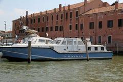 Barca di polizia attraccata al commissariato di polizia del porto fotografia stock