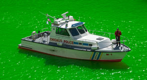 Barca di polizia sul fiume verde del Chicago fotografia stock libera da diritti
