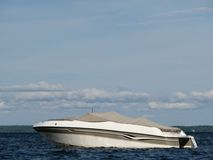 Barca di potere sul lago blu Immagine Stock