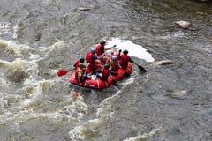 Barca di rafting sul fiume veloce della montagna Errore di programma del sud l'ucraina Immagine Stock