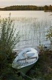 Barca di rematura attraccata dal lago Fotografia Stock