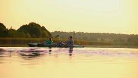 Barca di rematura della donna e dell'uomo contemporaneamente Team-building, sport archivi video
