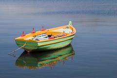 Barca di rematura verde nel porto a Argostoli, Kefalonia, Septem Immagini Stock