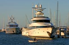 Barca di riga CONTRO Superyacht Fotografie Stock Libere da Diritti