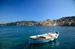 Barca di riga sul mare Immagini Stock