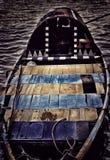 Barca di Royalti con essenza nera colorata gialla blu a strisce fotografie stock libere da diritti