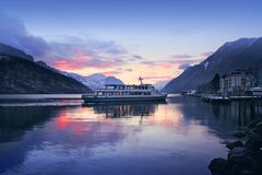 Barca di sera in lago svizzero, Svizzera Immagine Stock