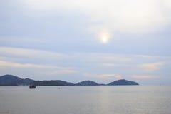 Barca di solitudine in mare Immagini Stock Libere da Diritti