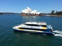 Barca di sorveglianza della balena che lascia il porto di Sydney immagini stock