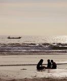 Barca di spostamento su un tramonto fotografia stock libera da diritti
