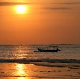 Barca di spostamento su un tramonto fotografie stock