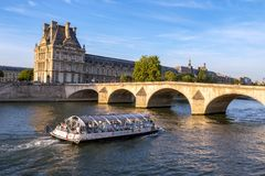 Barca di turisti che passa sotto Pont reale - Parigi Francia fotografia stock libera da diritti