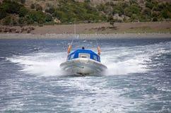 Barca di velocità davanti ad un'isola in Manica del cane da lepre, Argentina immagine stock libera da diritti