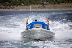 Barca di velocità davanti ad un'isola in Manica del cane da lepre, Argentina fotografia stock libera da diritti
