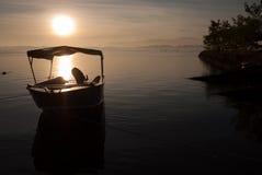 Barca di velocità di Anchorage nell'ambito dell'aumento del sole immagini stock libere da diritti