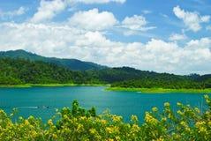 Barca di velocità nell'azzurro del lago Immagine Stock