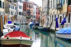 Barca di Venezia nel canale Immagini Stock