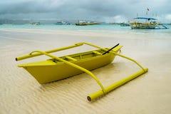 Barca di viaggio variopinta nel mare con le nuvole ed il cielo blu all'isola di Boracay, Filippine Per il fondo della natura immagini stock libere da diritti