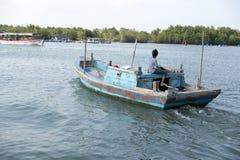 Barca dipinta sul fiume Fotografia Stock