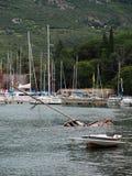 Barca distrutta affondata in porto fotografia stock