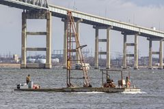 Barca do barco de trabalho e do motorista de pilha fotografia de stock royalty free