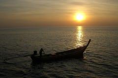 Barca durante il tramonto immagini stock libere da diritti