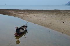 Barca durante la bassa marea Fotografia Stock Libera da Diritti