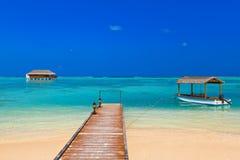 Barca e bungalow sull'isola delle Maldive Immagini Stock