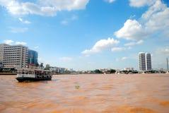 Barca e fiume marrone Fotografie Stock Libere da Diritti