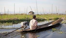 Barca e giardini di galleggiamento sul lago Inle Myanmar Immagine Stock Libera da Diritti