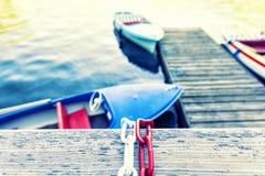 Barca e lago su estate in montagna Immagine Stock