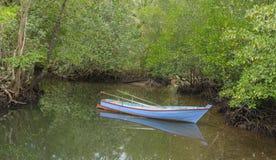 Barca e mangrovia nell'isola di Kood, Tailandia Fotografia Stock Libera da Diritti