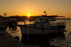 Barca e mare di tramonto Fotografie Stock