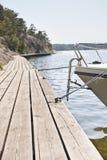 Barca e molo, arcipelago di Stoccolma Fotografia Stock Libera da Diritti
