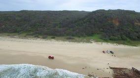 Barca e montagne arrugginite sulla spiaggia archivi video