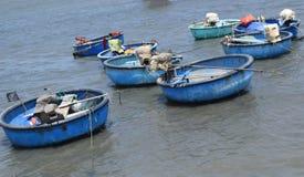Barca e nave tradizionali del canestro nella baia del paesino di pescatori, Immagine Stock Libera da Diritti