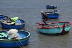 Barca e pescatore tradizionali del canestro in paesino di pescatori, muine Immagini Stock Libere da Diritti
