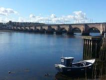 Barca e ponte Fotografia Stock Libera da Diritti