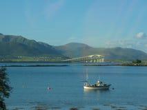 Barca e ponte in un bello paesaggio nelle isole di Lofoten Fotografia Stock
