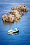 Barca e rocce Fotografie Stock