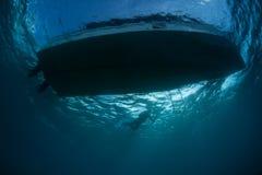 Barca e Snorkeler dalla prospettiva subacquea Immagini Stock