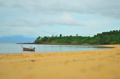 Barca e spiaggia all'isola di Prayam, Ranong, Tailandia Fotografie Stock