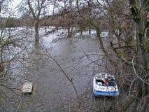 Barca e Tabella di picnic Fotografie Stock Libere da Diritti